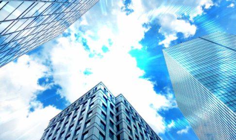 夏の空とオフィスビル