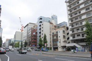 泉岳寺交差点から田町駅方面を望む